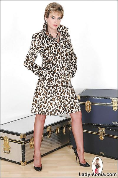 Mature fetish lady in leopard coat revealing her trimmed cooter