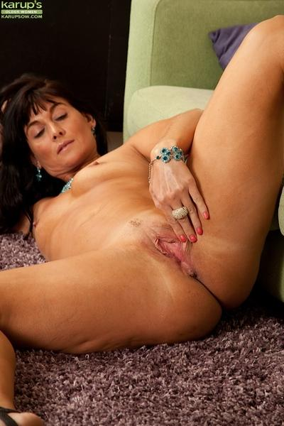Nice mature babe Lelani Tizzie desires to show her wide pussy