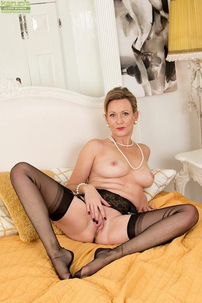 Over 50 MILF Huntingdon Smyth and her nylon clad legs on display