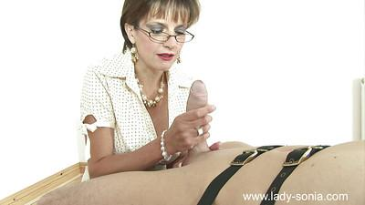 Lusty fetish lady in stockings showing off her great handjob skills