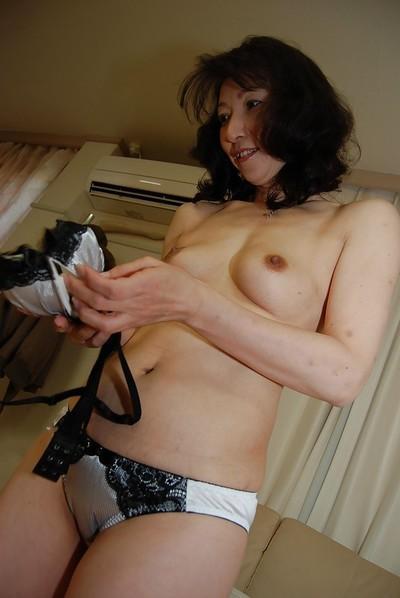 Mako Shinozuka reveals her amazing Asian boobies and hairy pussy