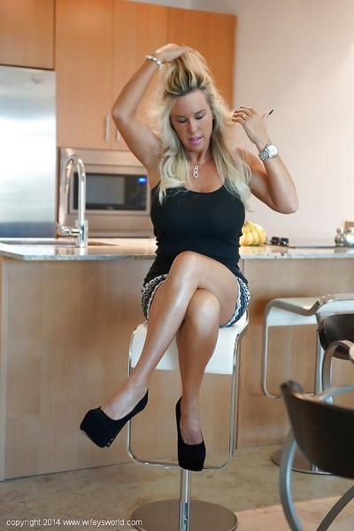 Sexy babe Sandra Otterson demonstrates her housewife long legs