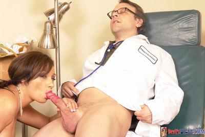 Mature vixen Vannah Sterling gives a blowjob and gets her pussy properly licked