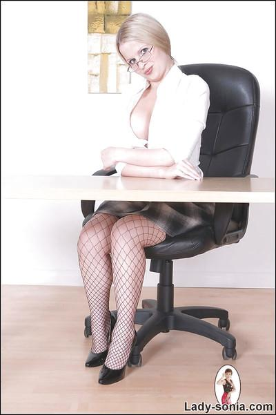 Wooing secretary takes off her high-heels and exposes her legs in stockings