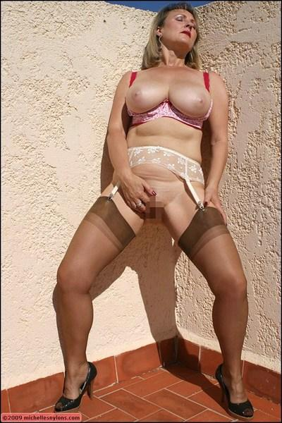 Sexy mature fatty in stockings rubbing her shaved pussy and cums outdoor