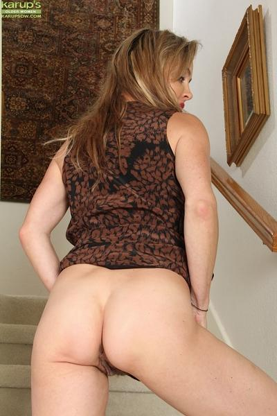 Busty beauty Chelsey Townes is showing off her awesome naked ass
