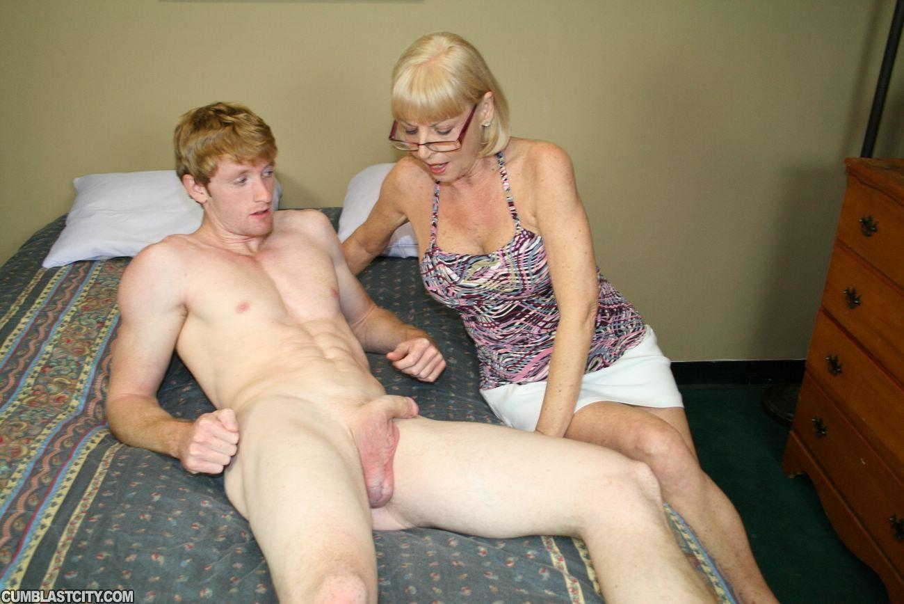 Сын потрогал маму, Спящая мама порно, смотреть сын трахает Спящую маму 14 фотография