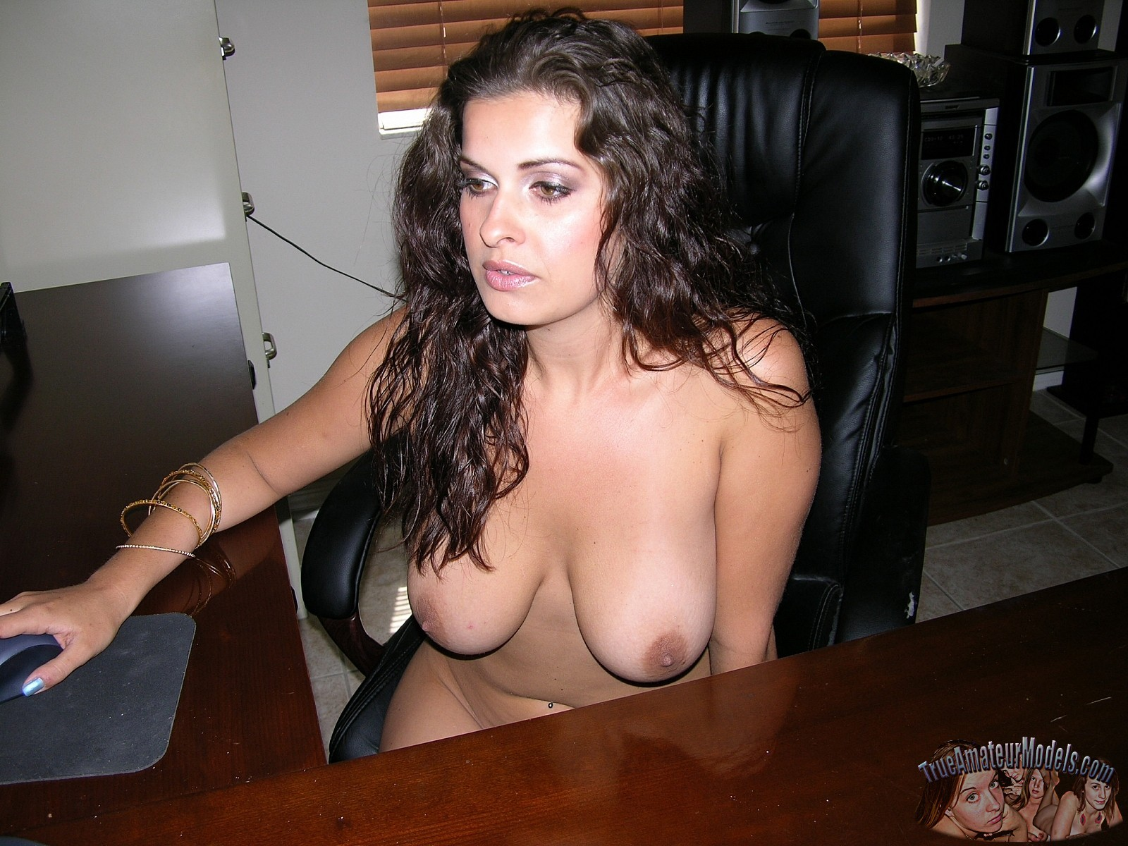 Hot babe with big natural tits modeling nude & spreading her ass