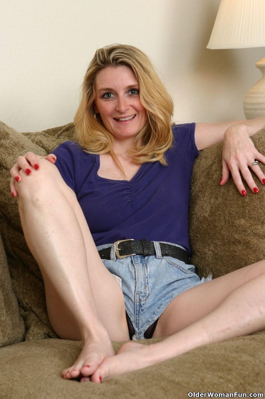 Luscious mom ashley fingereing shaved pussy