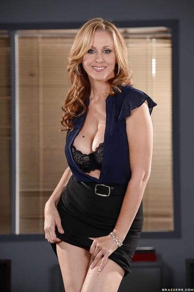 Enchanting milf Julia Ann likes having affairs in the office room