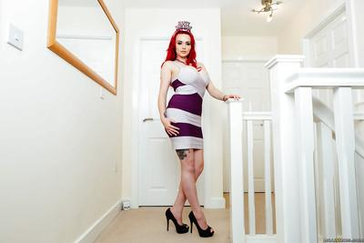 Redheaded MILF babe Jasmine James hikes dress to reveal big booty