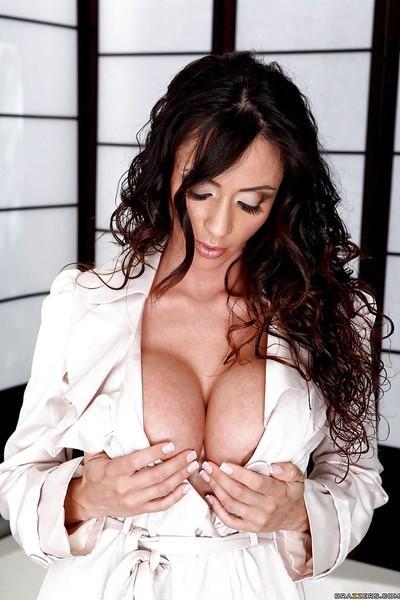 MILF babe with big boobs Ariella Ferrera spreading pussy in the bath