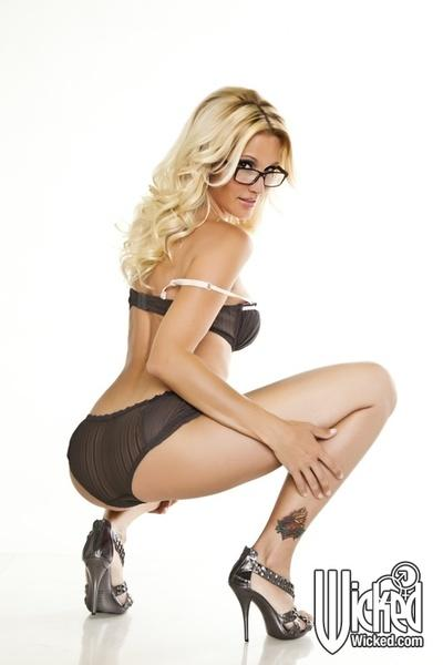 Hot MILF in glasses Jessica Drake stripping and posing naked