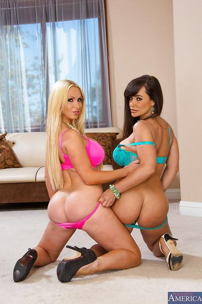 Kinky lesbians Lisa Ann and Nikki Benz make up for great busty team