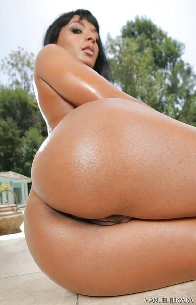 Curvy babe Loona Luxx takes off her dress showing off her ebony treats