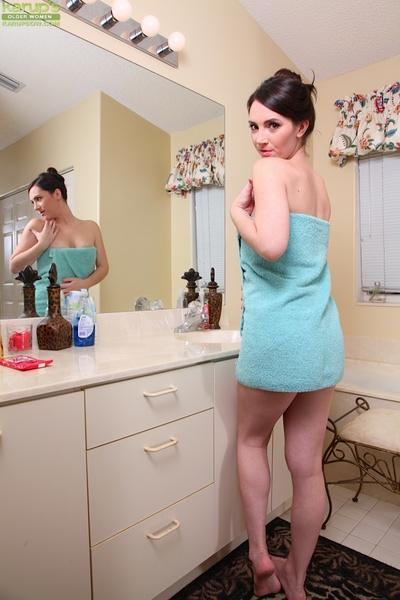 Smiley pornstar Charlotte Davis prefers fingering in bath