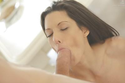 Milf pornstar Alexa Tomas receives a cumshot after giving a blowjob