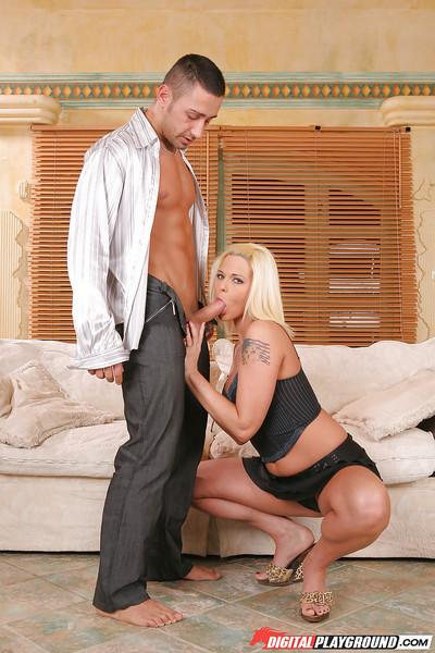 Bleached Simony Diamond is staying on her knees and sucking