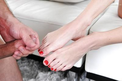 Barefoot beauty Dava Foxx having barefeet and painted toes adored
