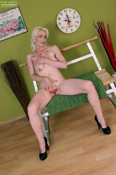 Skinny mature woman Janotova masturbating bald granny pussy