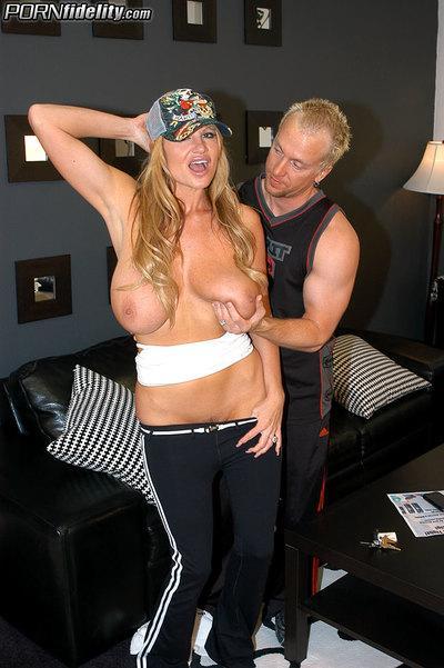 Big tits milf Hunter Bryce enjoys hardcore cumshot sex scene