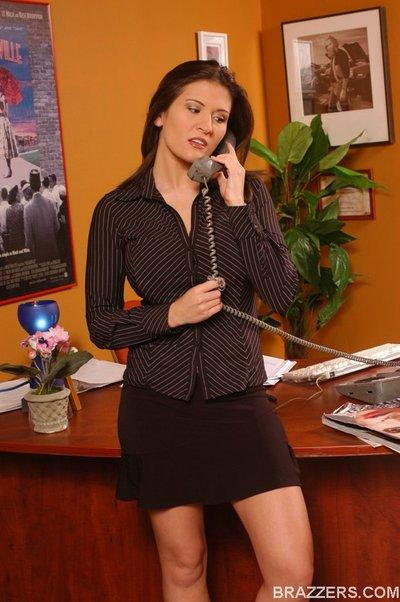 MILF babe Austin Kincaid feels her pussy while taking on the phone