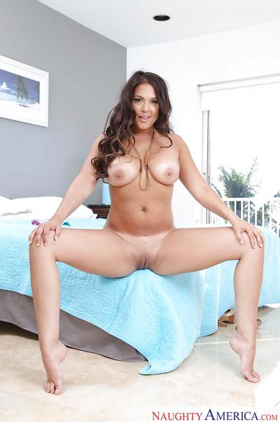 Latina MILF Jessie Jett has the curves any real woman should have