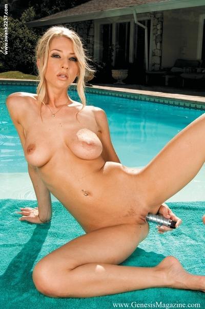 MILF pornstar babe Sammie Rhodes masturbating her pussy in the pool