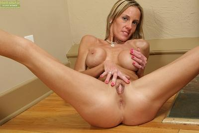 Well-toned MILF taking off her sport outfit and teasing her pink gash