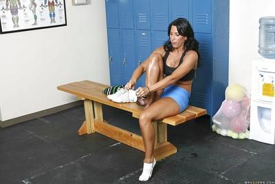 Busty MILF Lezley Zen is training in a gym and have sex right there