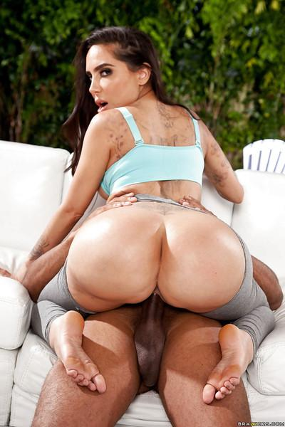 Big bottomed Latina slut Lela Star giving outdoor bj in spandex pants