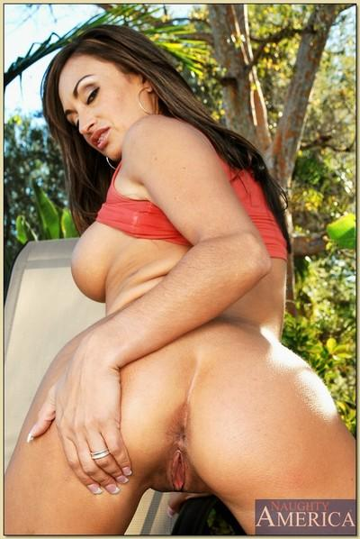 Latin MILF Claudia Valentine denudes big melons and booty outdoor