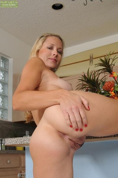 Babe milf with nice face Chelsea Dunes is taking off her shorts