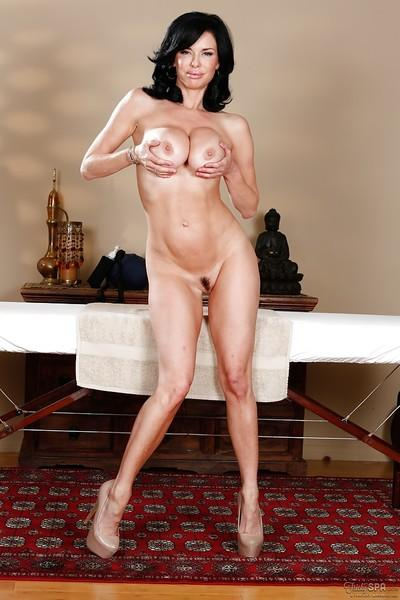 Babe Veronica Avluv shows off her absolutely stunning naked shape