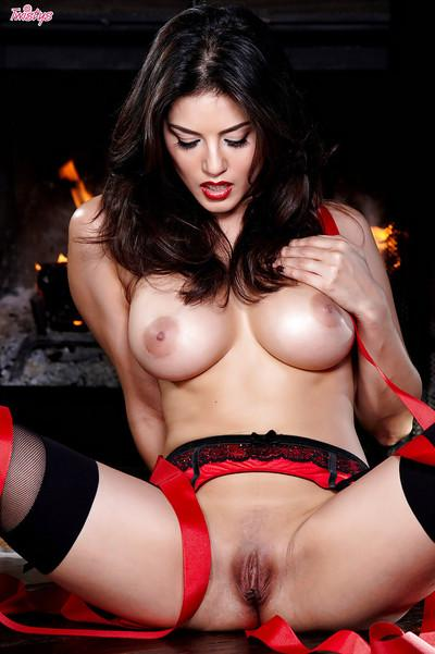 Hot babe Sunny Leone slipping off her lingerie and spreading her legs