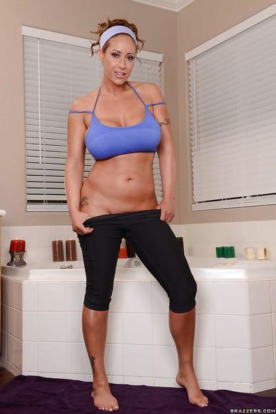 Wet milf Eva Notty is taking a hot bath after a good workout