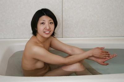 Slim asian MILF with small titties Emi Ishibashi taking bath