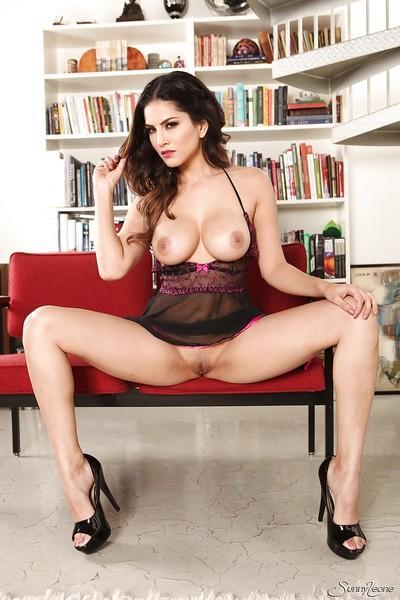Busty brunette solo girl Sunny Leone revealing shaved MILF pornstar pussy