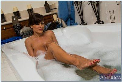 Curvaceous MILF Lisa Ann stripping off her clothes and taking bath