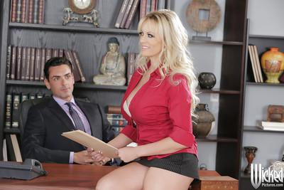 Splendid Blonde pornstar Stormy Daniels has her milf pussy licked out