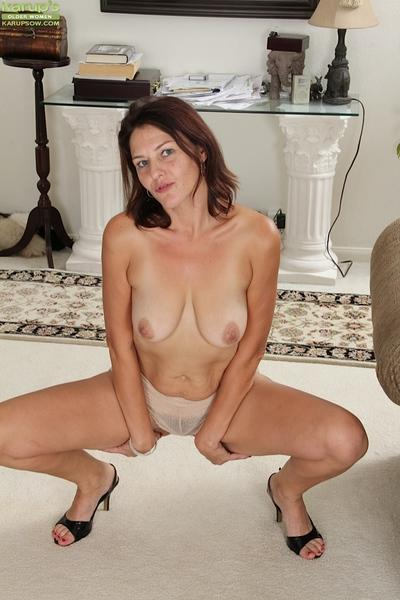 Milf Ava Austin willingly shows her natural big tits and hairy pussy