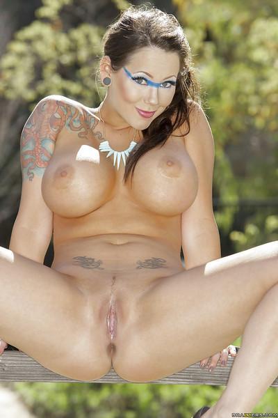 Stunning babe Ashton Pierce undressing and posing nude outdoor