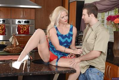 Blonde cowgirl Jolly Heart enjoys fresh cumshot on her milf pussy
