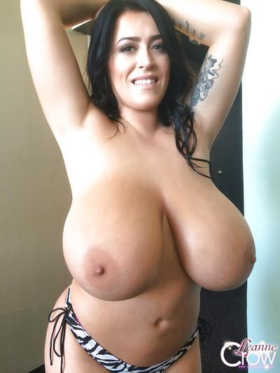 Big-tit slut Leanne Crow takes off her bra like a pornstar!