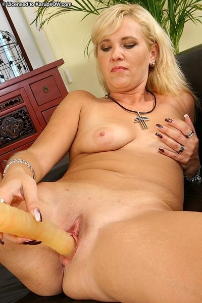 Lustful blonde MILF masturbating her cunt with a big dildo