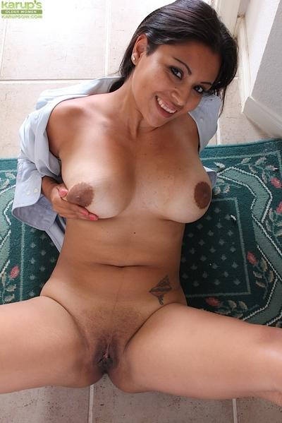Latina MILF Veronica letting her big natural boobs loose from man