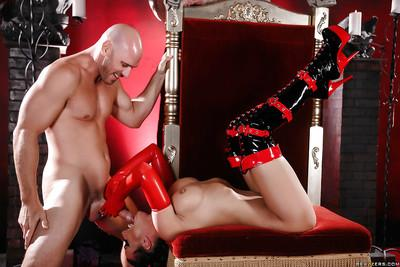 Latex model Rachel Starr and pierced nipples give long cock a blowjob