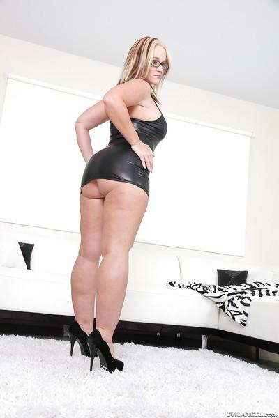 Super hot milf Dee Siren is demonstrating her fat body to the world