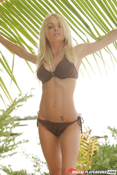 Blonde Jesse Jane is penetrating her hot pussy right on the beach