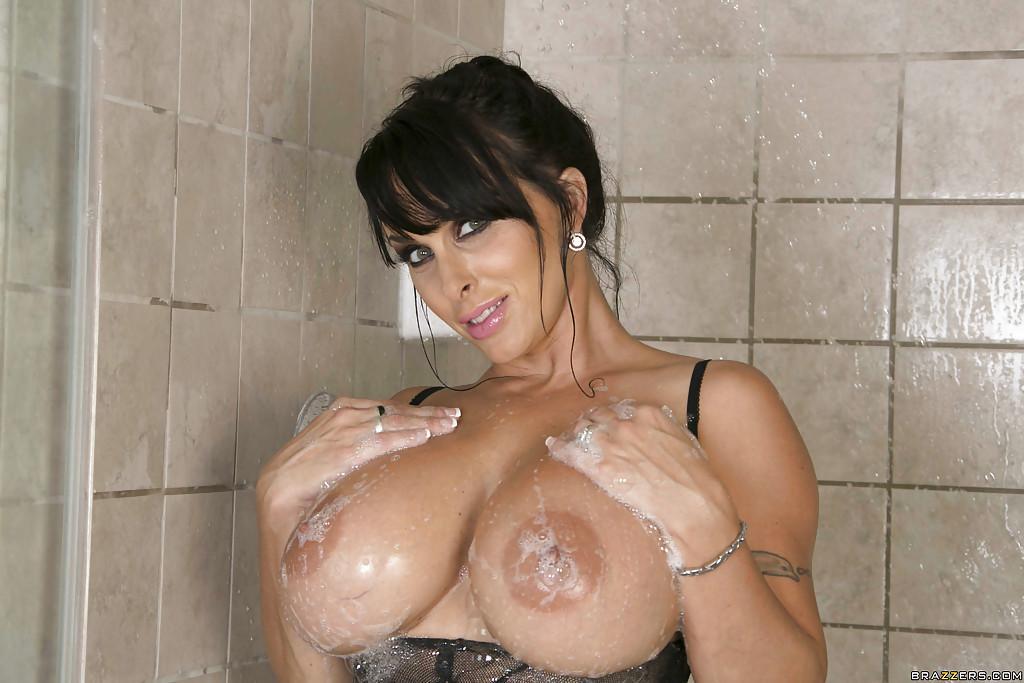 Erika curvy gioca con le sue tette